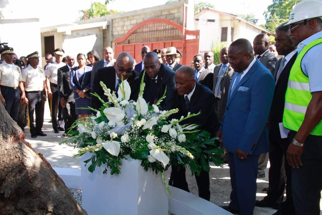 Jovenel Moïse rend hommage aux victimes de la ruelle Vaillant 26