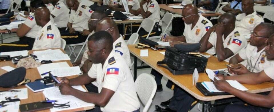 Des policiers haïtiens vont suivre une formation en haute couture en Colombie pour confectionner leurs uniformes 32