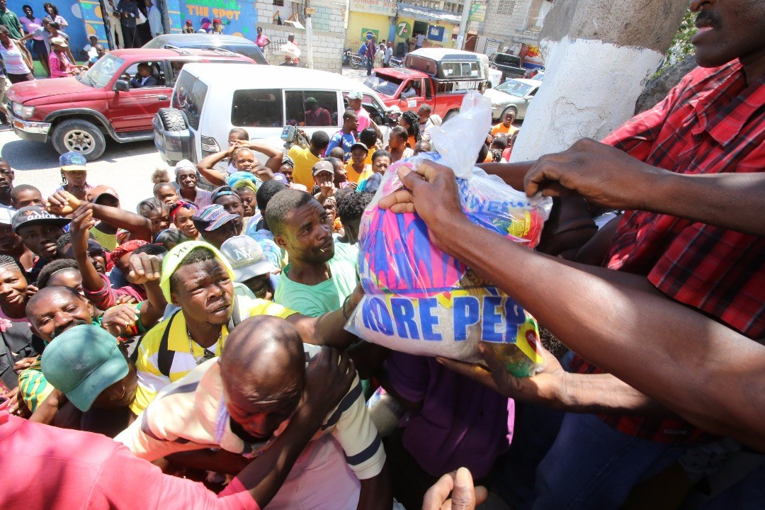 Gouvènman Repiblik la a travè FAES Mobilize jounen jedi 29 mas 2018 la anpil resous pou pote Panye Solidarite ak Kantin Mobil nan fwaye ki pi defavorise yo 26
