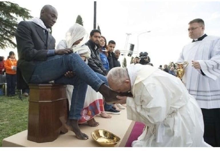 Italie : Le pape François lave les pieds de détenus 29