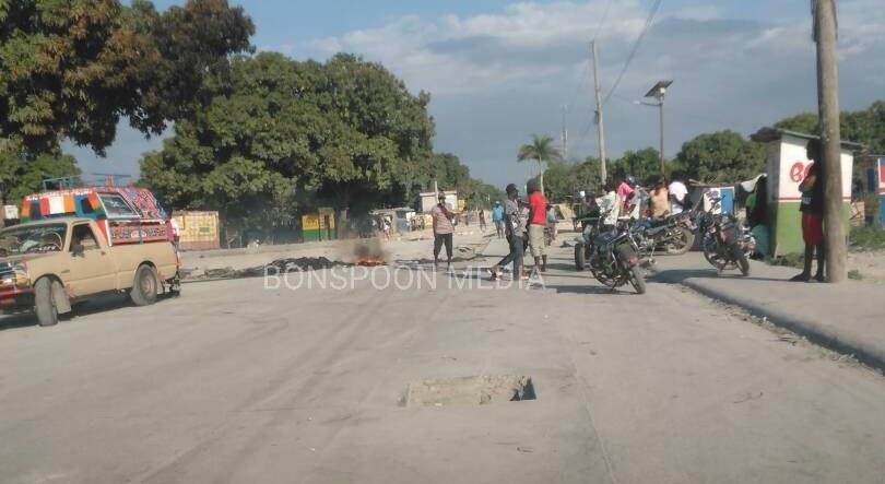 FLASH : La tension monte à Lilavois, des protestataires bloquent la route principale 27