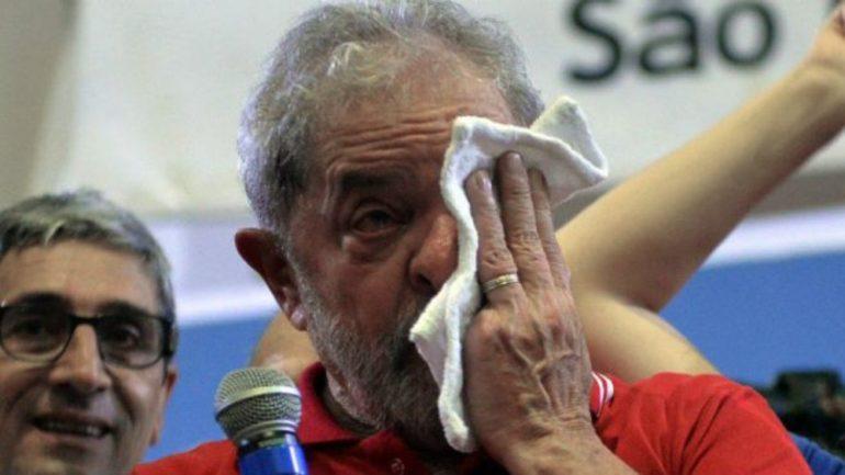 Corruption : L'ex-président brésilien 'Lula da Silva' se rend à la police et passe sa première nuit en prison 29