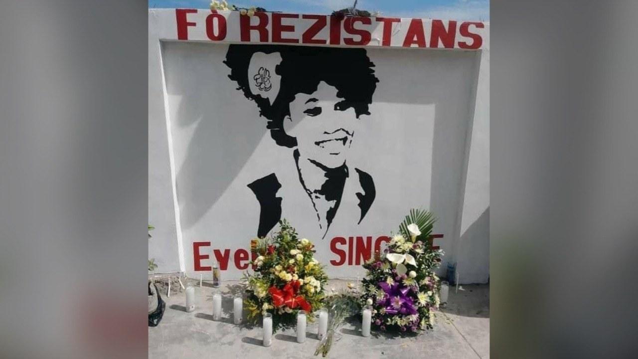 Des gerbes de fleurs déposées par des artistes en mémoire d'Evelyne Sincère à Delmas 24