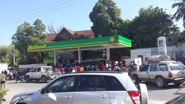 La ruée vers les pompes à essence, gallons jaune en main