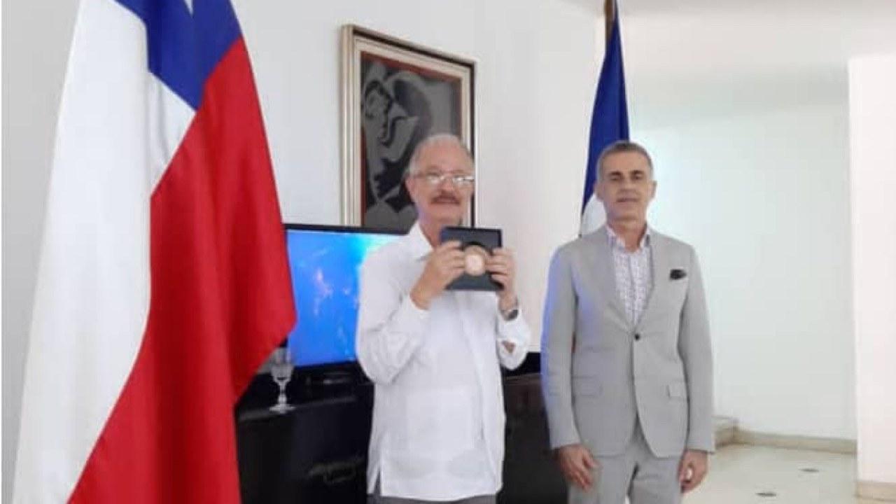 """Le cinéaste Arnold Antonin reçoit le prix """"Détroit de Magellan"""" de l'ambassade du Chili"""