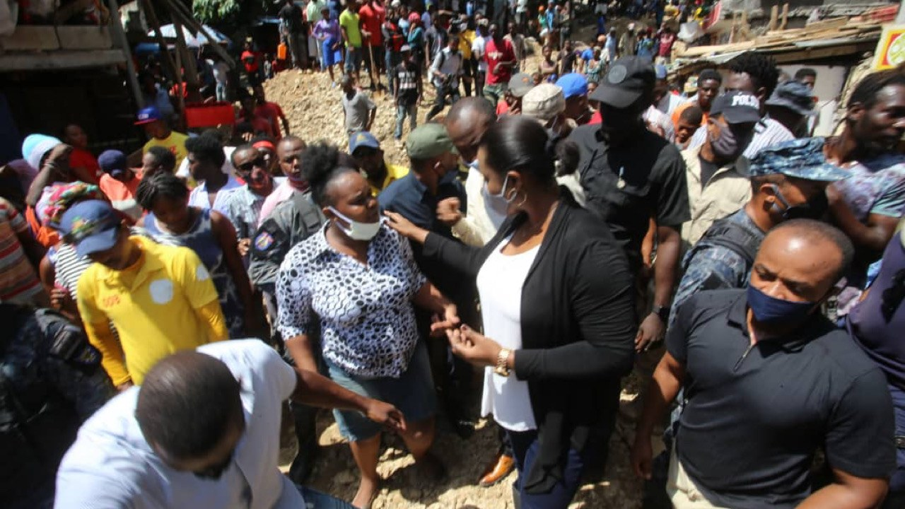 Tempête Laura: la première Dame rend visite aux sinistrés à Cité Soleil