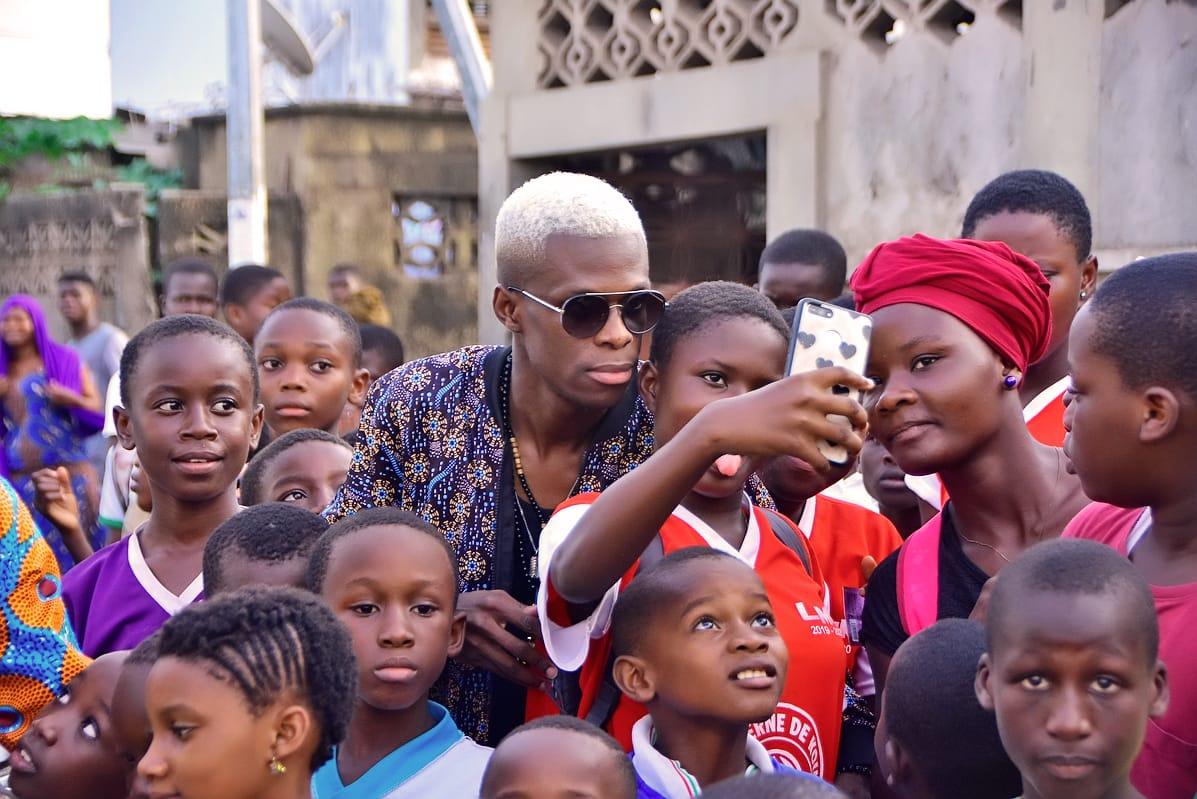 Romeomania la star originaire de Léogane signe des autographes aux jeunes fans africains