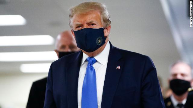 COVID-19: Pour la première fois, Donald Trump porte un masque en public