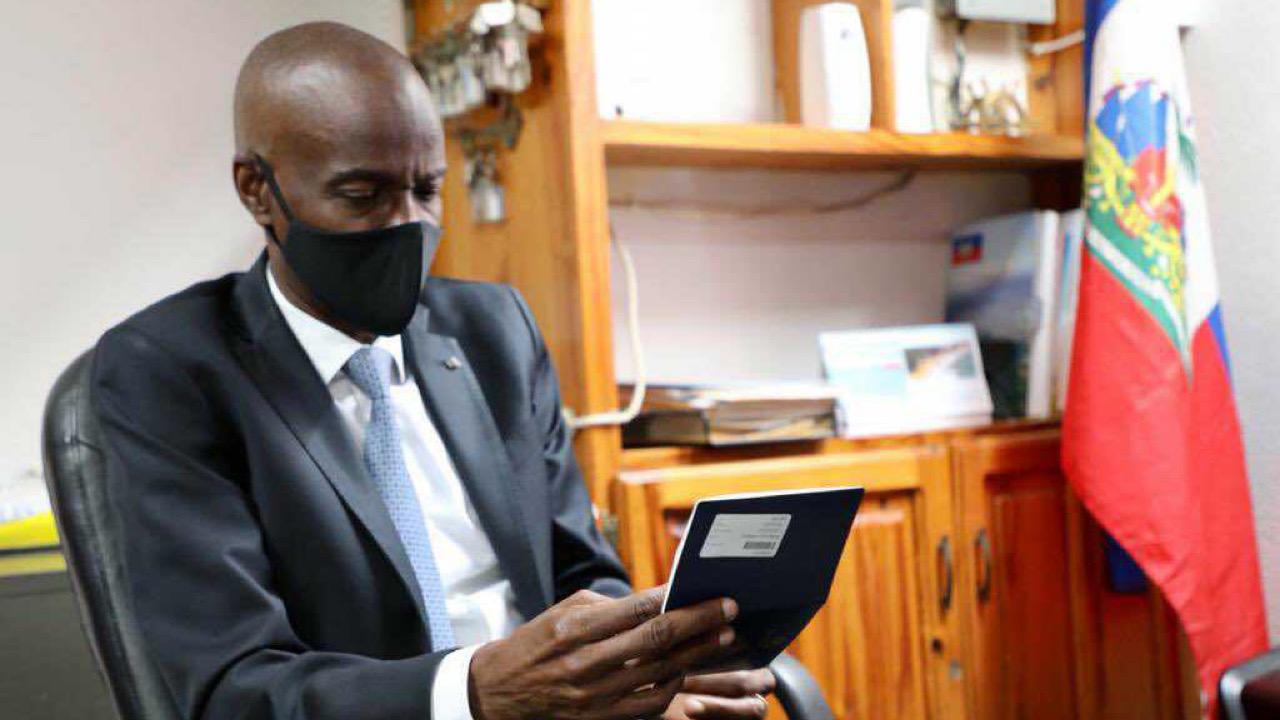 Jovenel Moïse détenteur du premier passeport électronique du pays