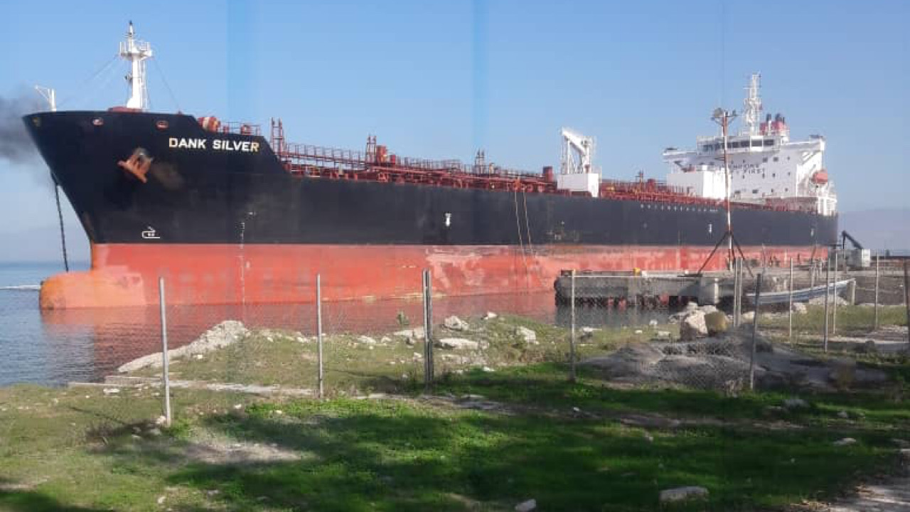 Le tanker contenant les 165 000 barils de gazoline en cours de déchargement à Varreux