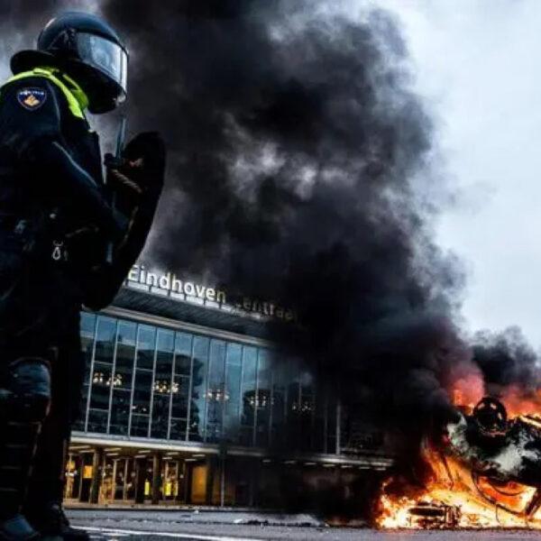 Covid-19: des scènes de violence lors des manifestations contre le couvre-feu, au Pays-Bas