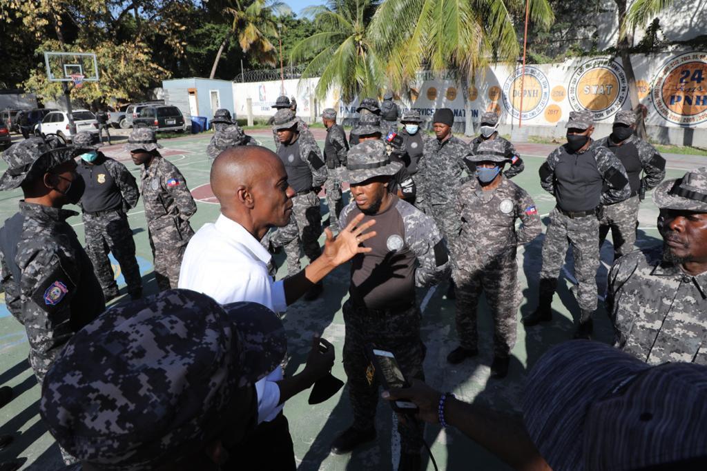 Assassinat d'un membre du SWAT team: Jovenel Moïse en visite à la base