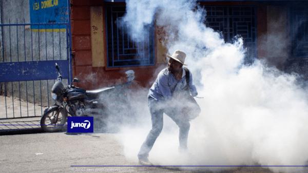 Imaj: Polisye yo te itilize anpil gaz pou kraze mach sitwayen yo t ap fè a