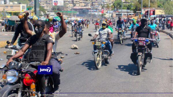 Fantom509 et des manifestants ont libéré 4 policiers détenus à Delmas 33