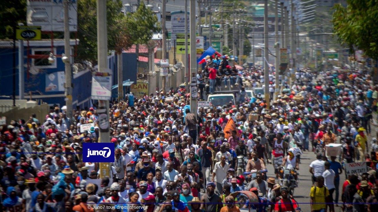 Non au référendum, non à la dictature: des milliers de personnes ont gagné les rues