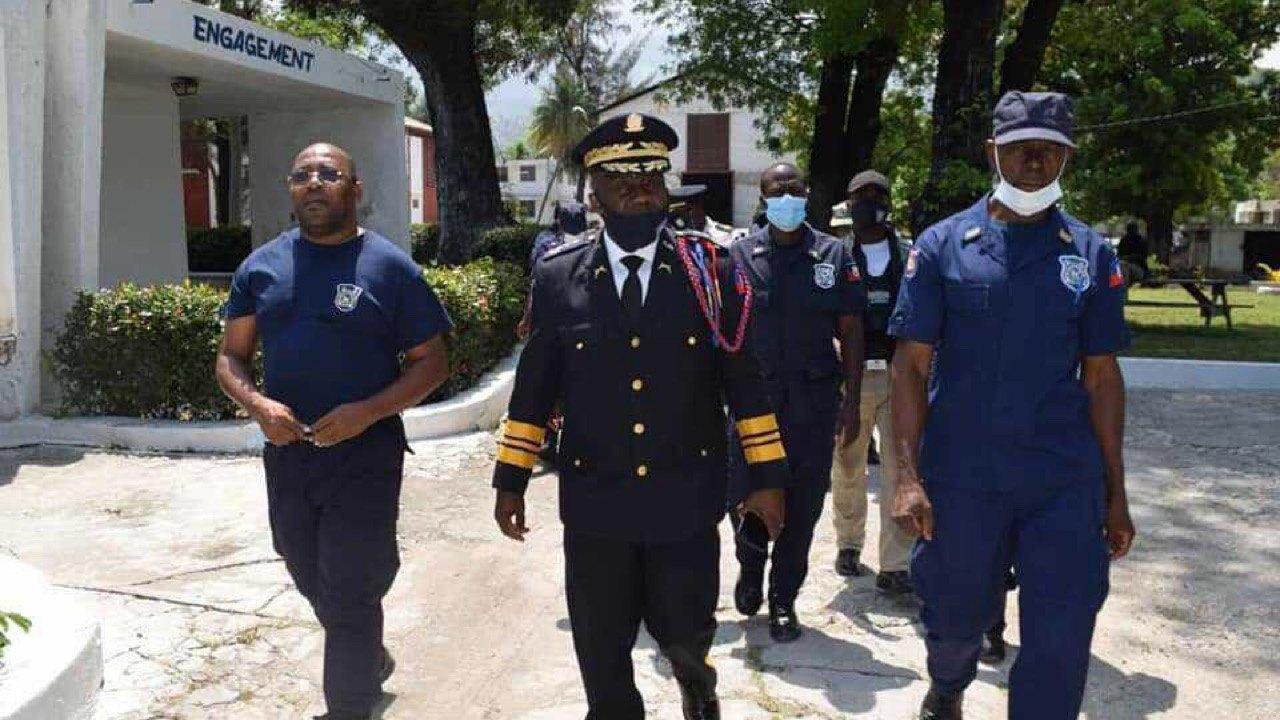 Léon Charles visite la marine haïtienne après un incendie accidentel