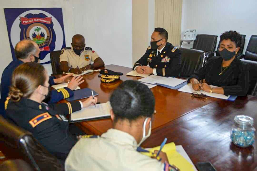 Le DG Léon Charles rencontre l'attaché de défense des États-Unis en Haïti
