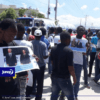 Des militants politiques de l'opposition protestent devant l'ambassade américaine