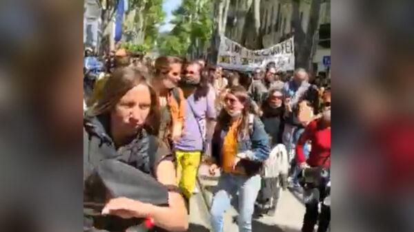 """France: des Marseillais chantent et dansent """"Pran pasyans"""" de Tropicana"""
