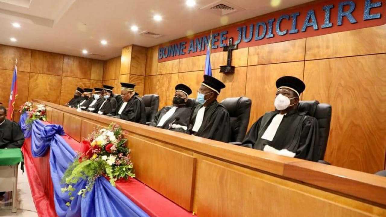 La Cour de Cassation refuse la prestation de serment des 3 juges, les magistrats applaudissent - Juno7