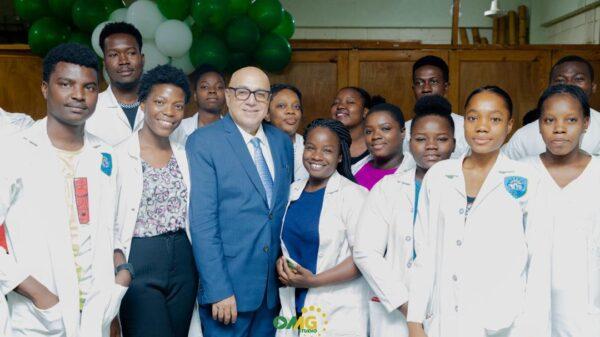Dr Reginald Boulos explique l'impact de la pandémie de Covid-19 à des étudiants en médecine