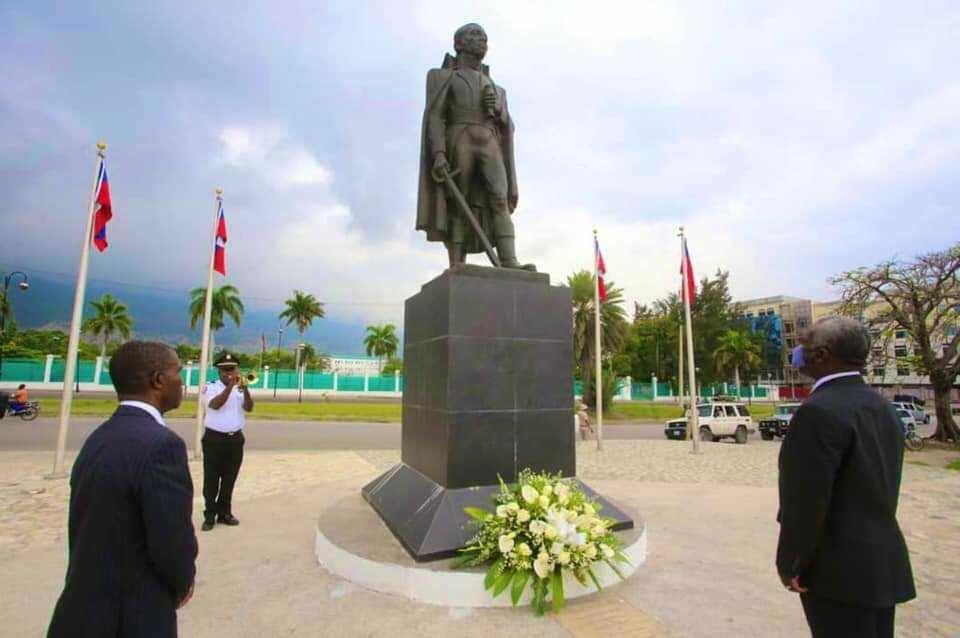 Offrande florale au pied du monument de Toussaint Louverture