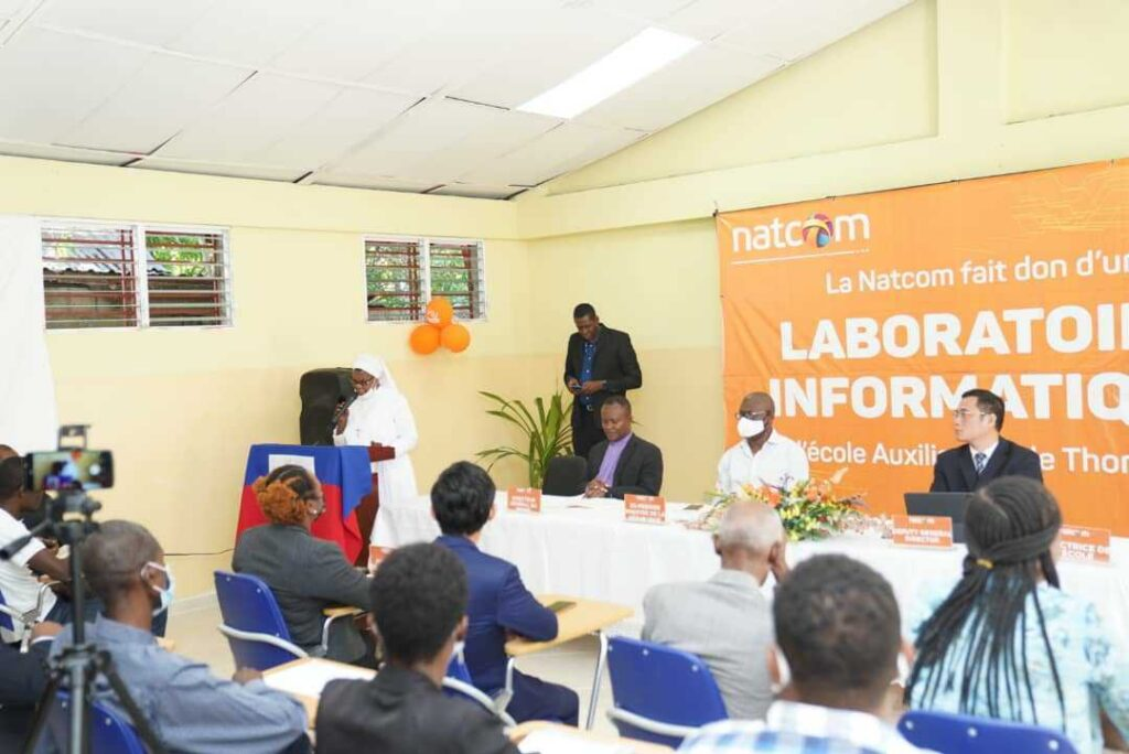 Joseph Jouthe participe à l'inauguration du laboratoire informatique de l'Ecole Marie Auxiliatrice de Thomonde