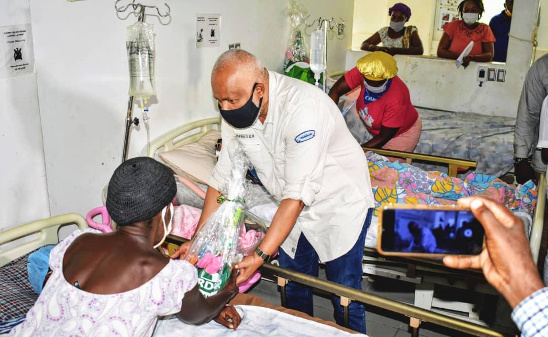 Fête de mères: Eric Jean-Baptiste fait des heureuses à l'Hôpital La Province