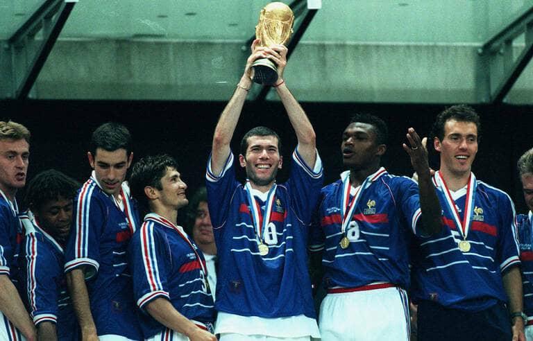 Plus de 100 mille dollars pour la vente aux enchères d'un maillot de Zinédine Zidane