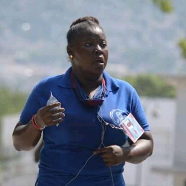 Landa Michel, jeune journaliste mélangeant passion et risque pour informer les auditeurs