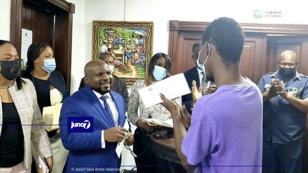L'Ambassade d'Haïti en République Dominicaine remet des visas d'étudiant à des universitaires haïtiens