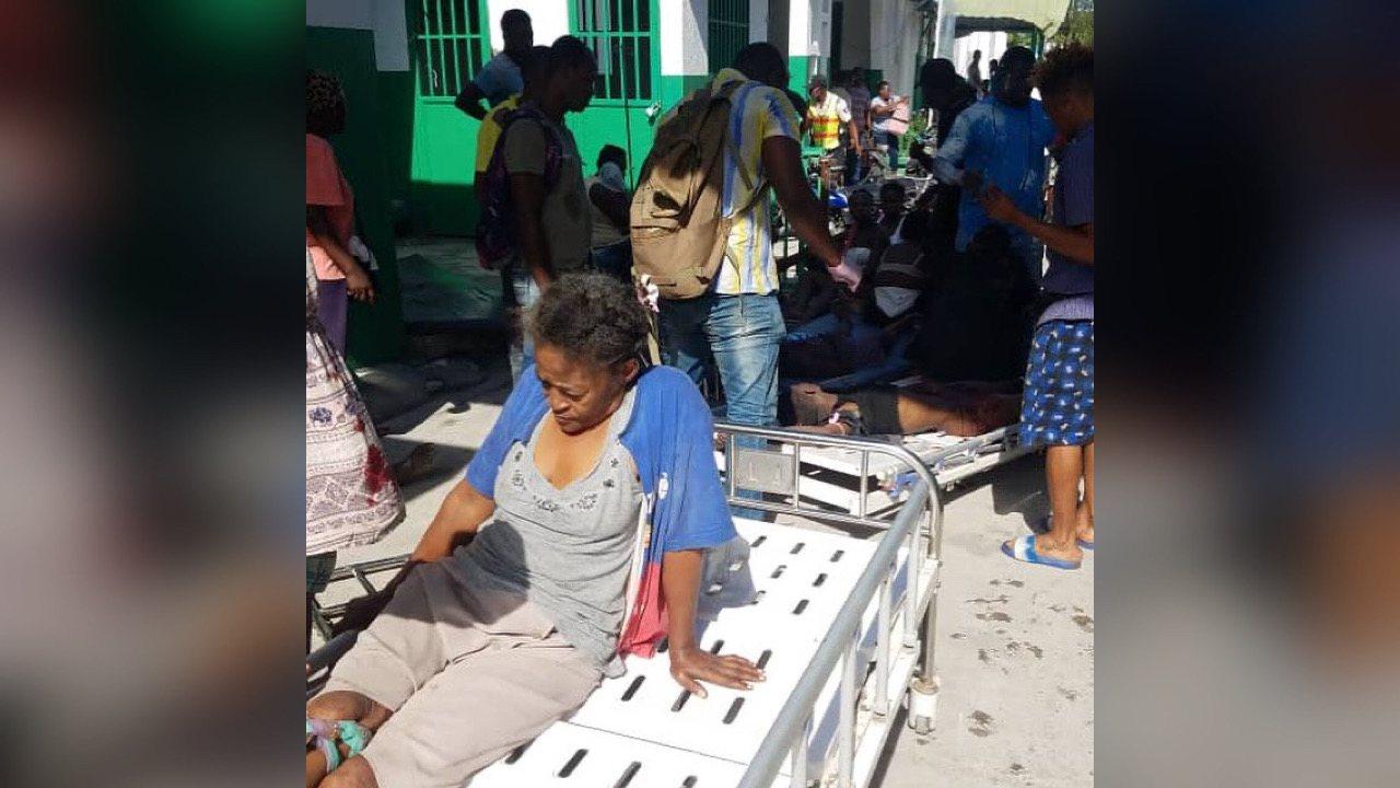 Séisme du 14 août: l'hôpital général des Cayesdébordé