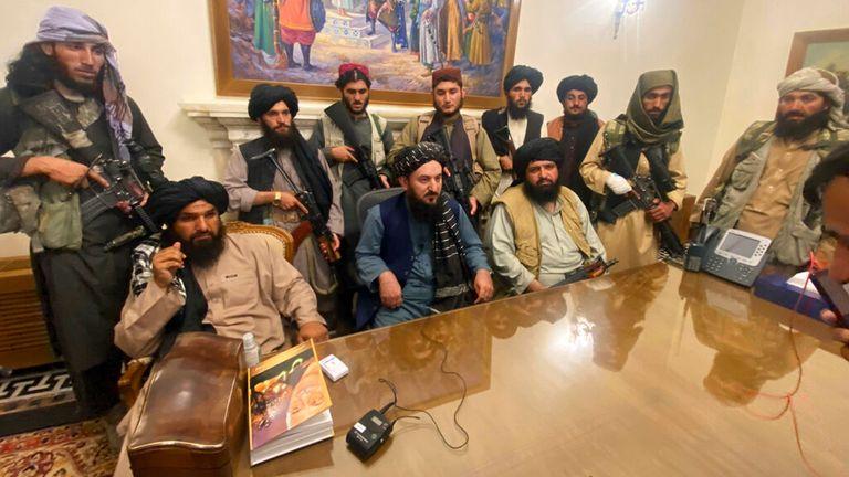 Le président afghan chassé par les talibans, la gestion de Joe Biden très critiquée