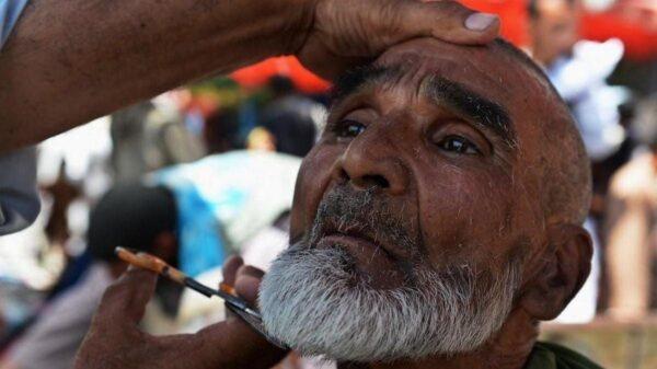 Afghanistan: les Talibans interdisent aux barbiers de raser la barbe de leurs clients