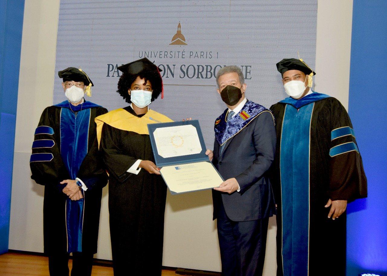 Une haïtienne parmi les 54 gradués ayant reçu leur diplôme de maîtrise des mains du Dr Léonel Fernandéz