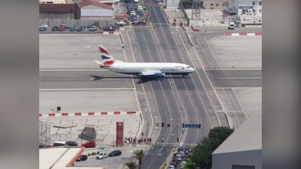 Gibraltar se sèl peyi nan mond lan pis aterisaj avyon kwaze ak wout machin pase