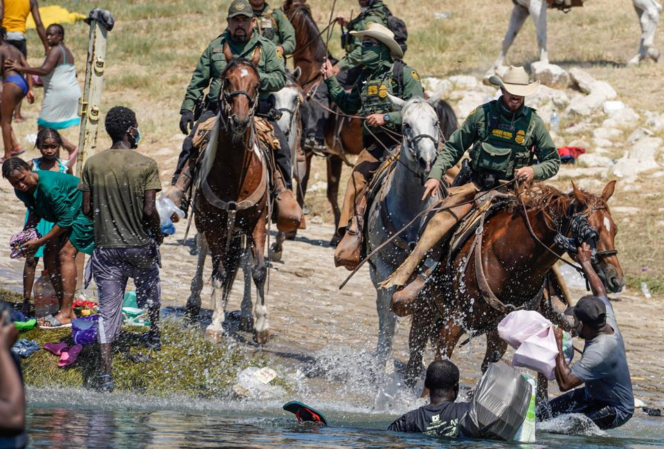 La police américaine aux frontières suspend l'utilisation d'agents à cheval au Texas