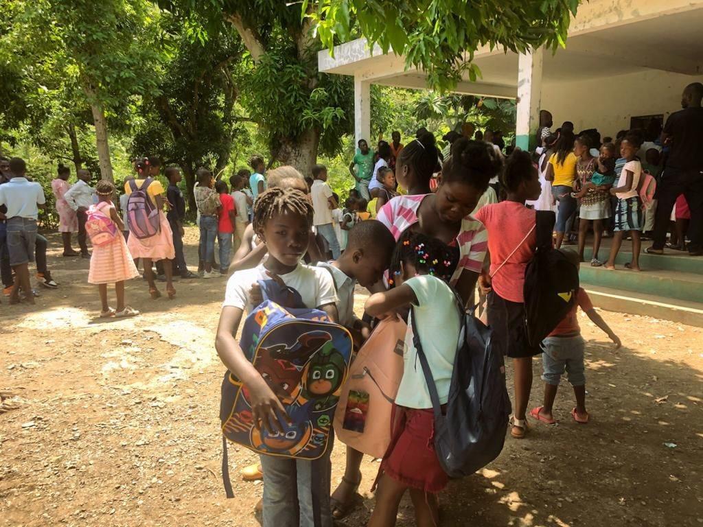 L'association Bouquets d'Espoir a distribué une centaine de kits scolaires à Gros-Morne