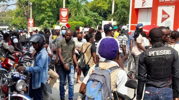 Sit-in des consommateurs devant la Digicel contre l'augmentation des frais du retrait MonCash