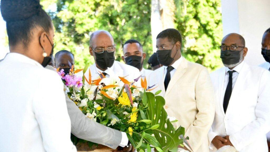 À défaut du Pont-rouge, Ariel Henry a déposé un gerbe de fleurs à l'Autel de la Patrie