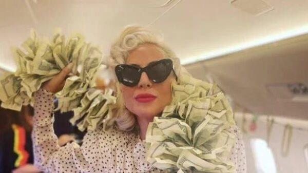 Lady Gaga affiche son écharpe faite exclusivement de billets de 100 $ US